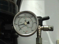 How to use a pressure gauge on an automatic greasing system
